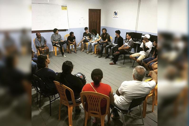 Grupo de personas adultas sentadas en círculo en una salón. Foto tomada en una reunión en la Colonia de Pescadores Z1, en la ciudad de Cruzeiro do Sul, Acre, Brasil, en noviembre de 2019. Foto del Instituto Fronteiras.