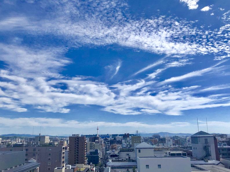 京都市下京区四条烏丸の心療内科、女医のいるメンタルクリニック、青空と京都タワー