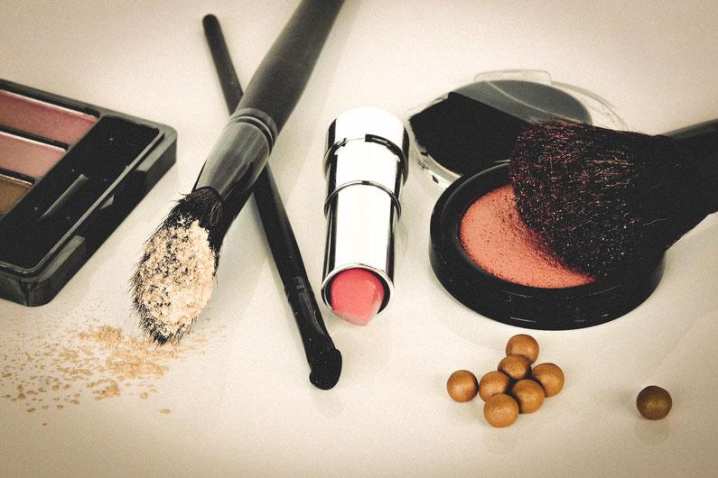 Für ein perfektes Make-Up sind auch die Farben aus dem persönlichen Farbpass ausschlaggebend! Rottöne für Lippen/ Rouge, dunkle Töne für Kajal oder Eyeliner und neutrale Töne als Lidschatten!