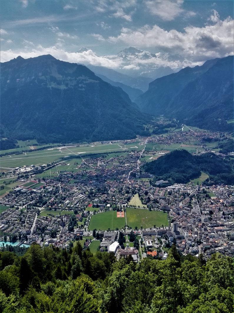 Blick auf Interlaken, Jungfrau und Eier Gipfel