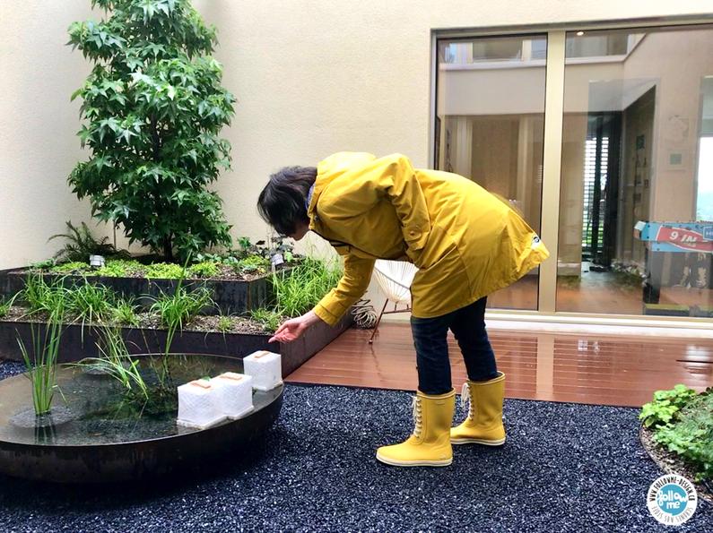 Gefesselt im regenmantel