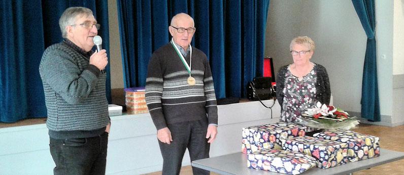 Jean Pierre Mounier vient de remettre à Jean Jourdan la médaille de la Fédération avec à ses côtés Marie-Thérèse Jourdan