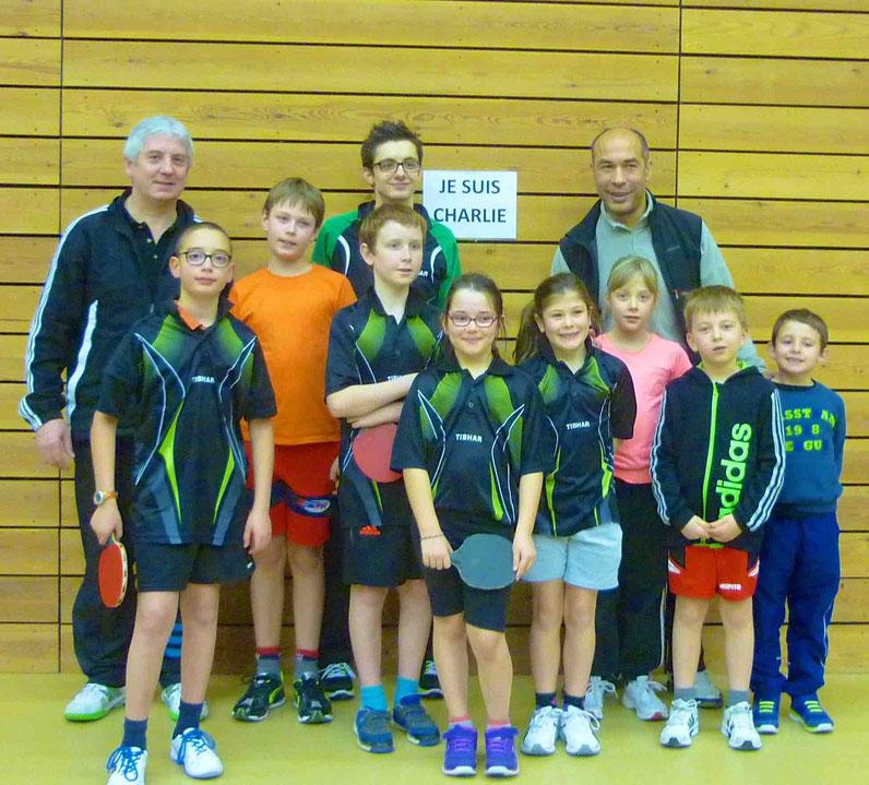 Les enfants : Pacôme, Nathan, Till, Romane, Charlyne, Agathe, Jules et Leo. Derrière les coachs.