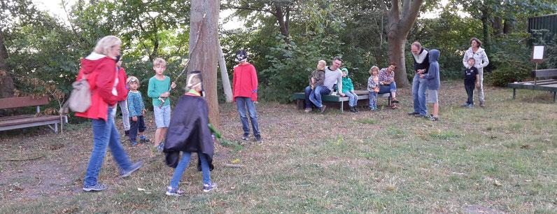 """Hochspannung beim Echolot-Spiel: Ob die """"Fledermaus"""" ihr Bonbon findet? (Bild: M.Bopp)"""