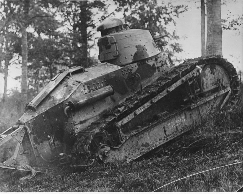 La France est précurseur dans le domaine des chars et le FT-17 est déjà pourvu d'un système, archaïque certes, d'extraction de la fumée de tir