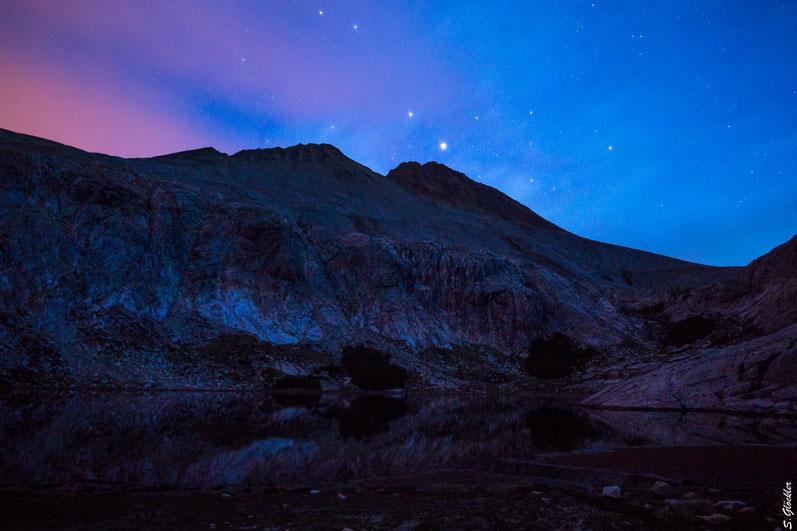 Sternenhimmel im Nahuel Huapi Nationalpark. Die Berge Cristal & Bonete werden noch von der Sonne angestrahlt, als diese sich bereits längst von der Laguna Cretón verabschiedet hat.