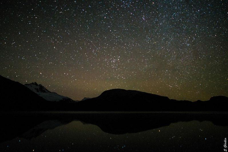 Sternenhimmel über der Laguna Ilón, links im Bild der Cerro Tronador