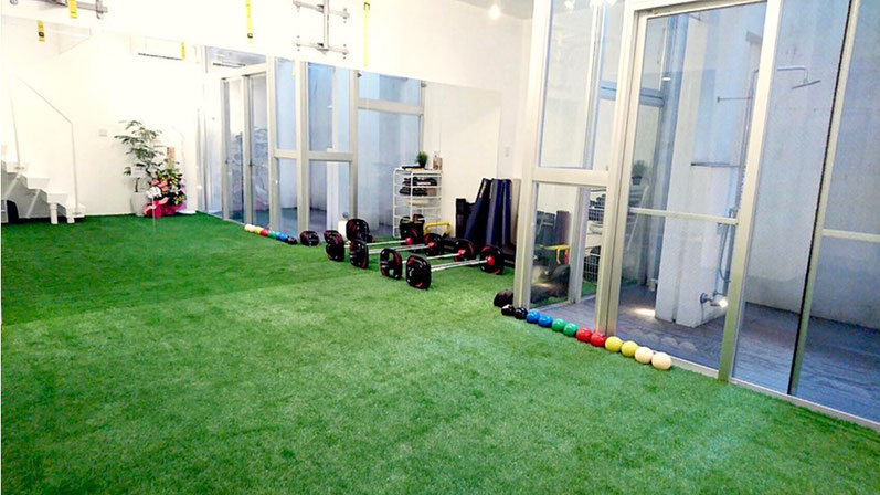 パーソナルトレーニング大阪 天満橋2号店(大阪市北区)大型の鏡と人工芝のパーソナルジム