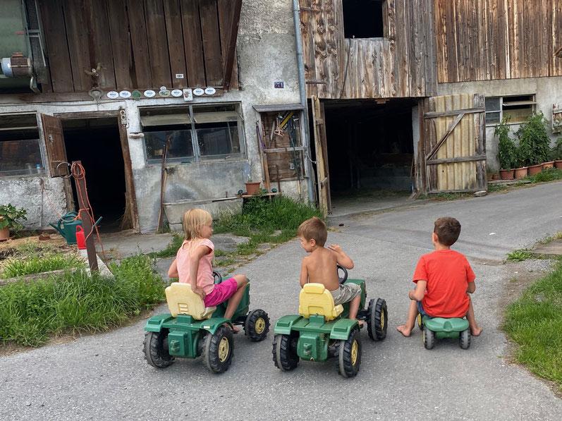 Mit den Traktoren wird umher geflitzt...