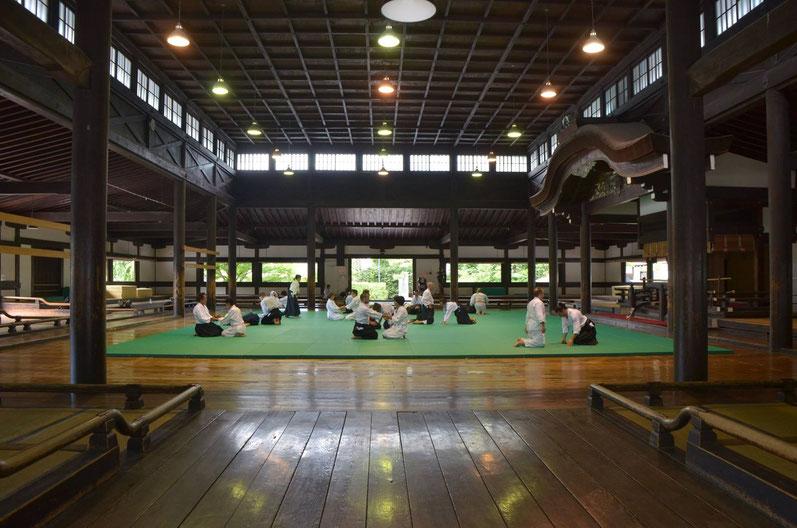 Cours d'aikido au magnifique Butokuden dojo (Kyoto, Japon, 2014)