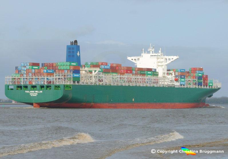 """Containerschiff """"THALLASA HELLAS"""" bei Ausreise auf der Elbe 16.04.2015"""