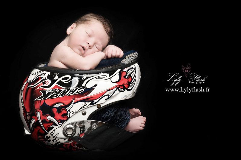 Photo nouveau-né bébé naissance photographe moto casque