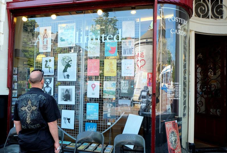 """Vor der Galerie """"Friends of Art"""" in Amsterdam. Hier haben wir uns einen Kunstdruck von Ruben Ireland gekauft."""