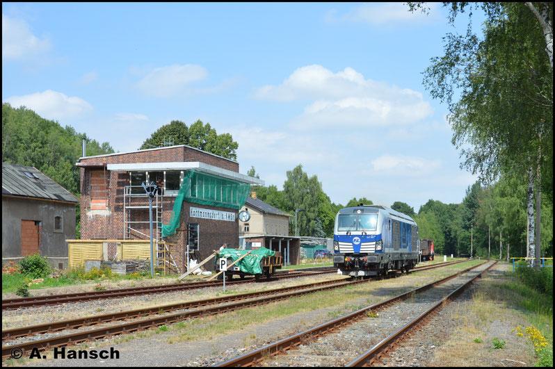 265 002-6, die wegen des Gipszuges gerade in Küchwald verweilte, drückte den liegengebliebenen Zug bis Wittgensdorf ob. Bf. Von hier brachte die angeschlagene Vectron die Fuhre in zwei Teilen nach Hartmannsdorf. Hier ist Teil 1 gerade abgeliefert