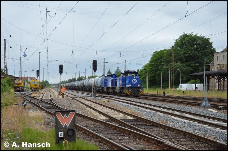 """Noch viel Weg vor sich haben am 26. Juni 275 013-1 (InfraLeuna 210) und 275 012-3 (InfraLeuna 209), die mir mit ihrem Vollzug in Leipzig-Wiederitzsch begegneten. Das """"MaK-Doppel"""" ist zunächst die typische Bespannung dieser Züge"""