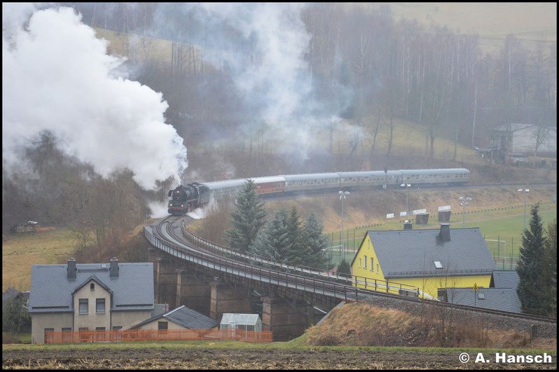 """Während der Zug in den Bahnhof zurück drückte war Zeit für einen Standortwechsel. An der """"Schwimmbadkurve"""" in Markersbach wurde die Weiterfahrt des Sonderzuges festgehalten"""