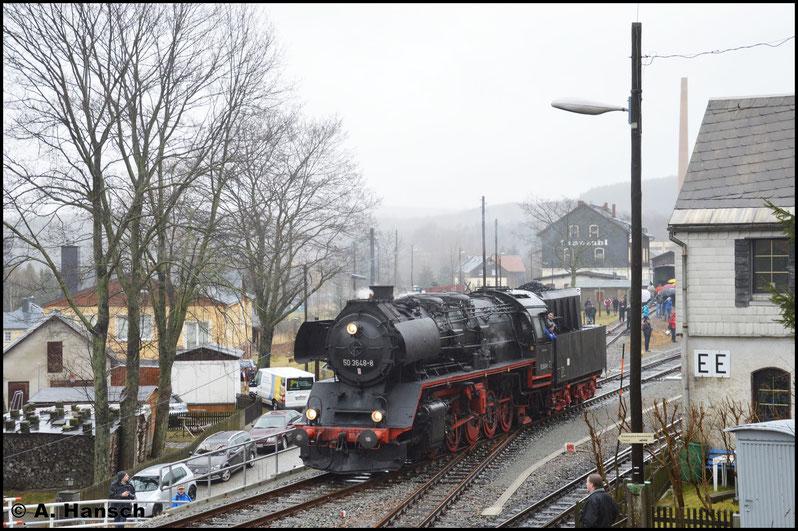 Aufgrund der geplanten Parallelausfahrt mit der Fichtelbergbahn war in Cranzahl milde ausgedrückt die Hölle los. Einen Fotopunkt zu finden erwies sich hier entsprechend als schwer. 50 3648-8 setzt sich wieder ans andere Zugende