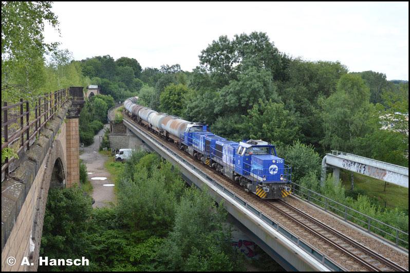 """Der Tausch erfolgte und während die BR 482 mit ihrem Zug Chemnitz Hbf. gen Glauchau verlässt, lauerte ich dem Vollzug von der """"Klapperbrücke"""" aus auf. 275 011-5 (InfraLeuna 208) und 275 013-1 (InfraLeuna 210) bringen diesen schließlich gen Tanklager"""