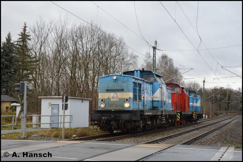 Tatsächlich ist es die hellblau-weiße 201 067-6, die den Zug zieht