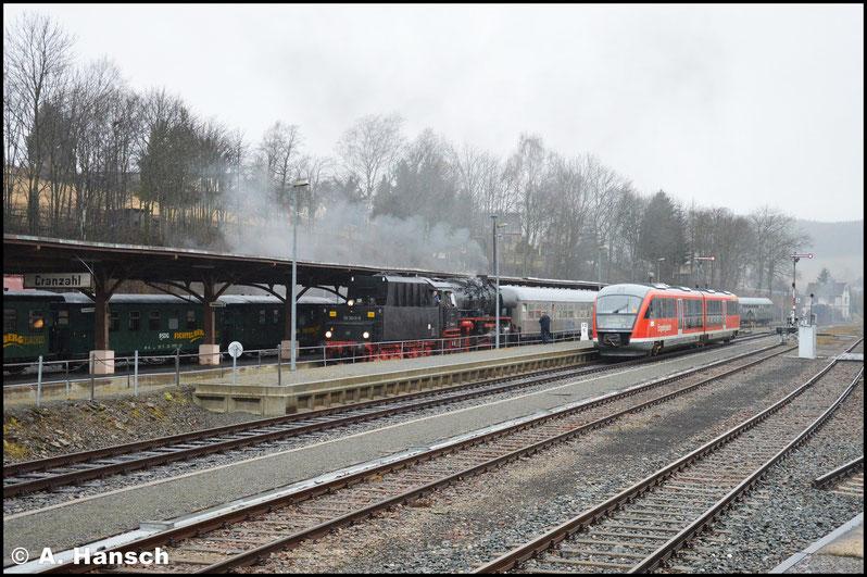 Mehrere Pfiffe kündigten den Sonderzug lange vor Ankunft an. Hier rollt er schließlich in den Bf. ein. Rechts im Bild ist die Erzgebirgsbahn nach Chemnitz zu sehen