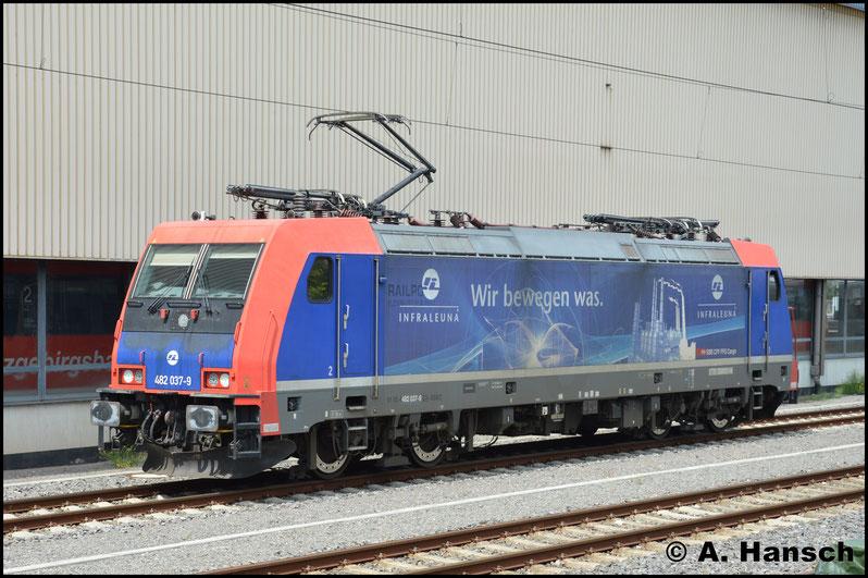 """Ein Lokschaden an 247 907-9 zwang am 14. Juli InfraLeuna erstmal dazu 482 037-9 an den """"Hartmannsdorf-Kesseln"""" einzusetzen. Sie brachte den zweiten Vollzug des Tages bis Chemnitz Hbf. und wartet hier auf den Leerzug aus Hartmannsdorf"""