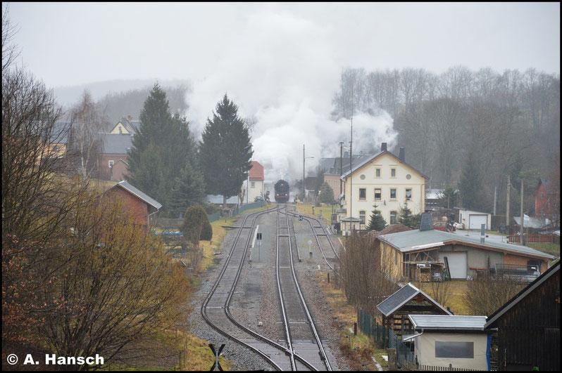 Die nächste Station hieß dann Markersbach. Hier war etwas Zeit bis der Zug schließlich in den Bf. einfuhr. Leider wurde der Regen immer stärker und die Sichtverhältnisse von der kleinen Fußgängerbrücke aus waren bescheiden