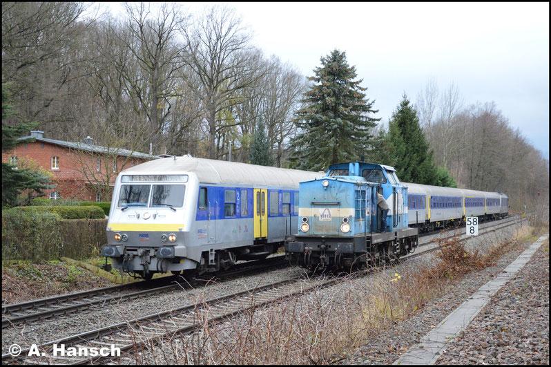 Der RE 6 erreicht den Küchwald und rauscht an der wartenden V100 vorbei