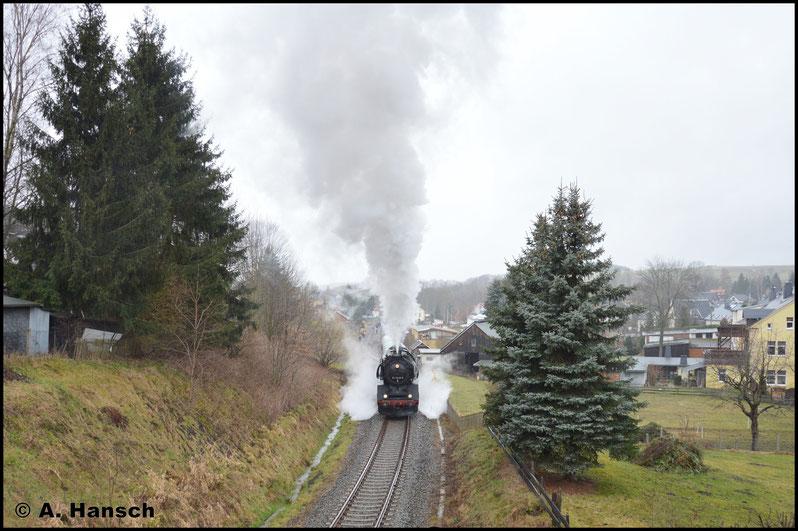 Die Sperrfahrt 79655 aufs Markersbacher Viadukt wurde ebenfalls hier dokumentiert. Der Zug verlässt mit lauten Auspuffschlägen den Bf. Markersbach