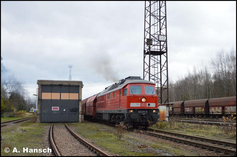 Mit ordentlich Krach beschleunigt 233 511-5 den schweren Zug