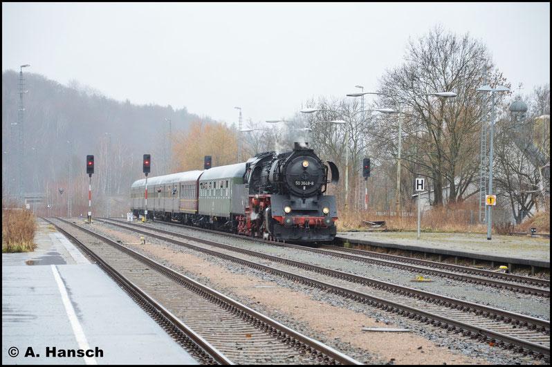 Mit der Erzgegirgsbahn ging es nach Aue, wo der Sonderzug wieder erwartet wurde. Hier zu sehen bei der Einfahrt in den Bahnhof...