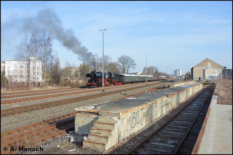 50 3648-8 war am Zug. Die 119 hatte es sich am Zugschluss bequem gemacht. Einige Fotografen beobachteten bereits die Szene