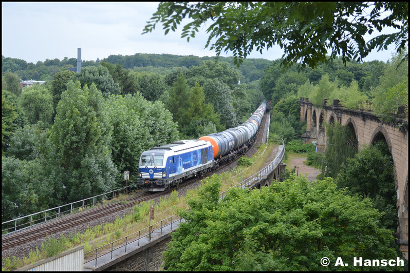 Eine Streckensperrung führte auch einige Tage lang die Züge über Chemnitz Hbf. So blieb das Köpfen in Chemnitz-Küchwald erspart und man konnte sich an neuen Fotopunkten ausprobieren. Am 10. Juli hat 247 907-9 mit ihrem Leerkesselzug fast den Hbf. erreicht