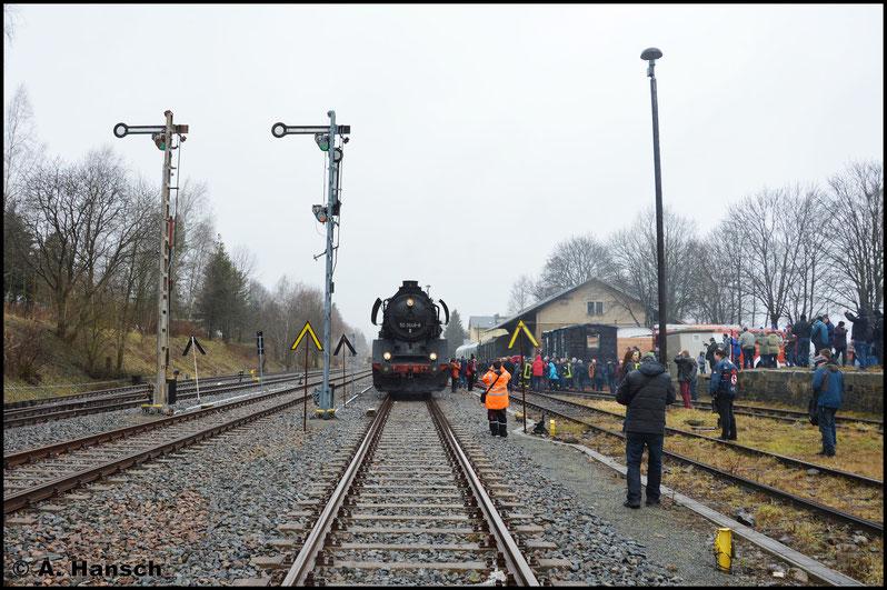 """Durch die Feuerwehr wurde hier nochmal Wasser gefasst. Für die Mitreisenden hieß das """"raus aus dem Zug und schnell ein paar Bilder machen"""". Mit der ein oder anderen Person auf dem Bild musste man da jedoch Vorlieb nehmen"""
