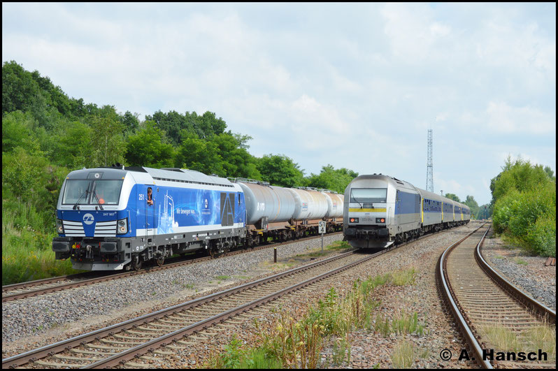 Als scheinbar zunächst eine Störung am Zug zum Halt zwang, zog der Regelverkehr auf der KBS 525 diesen in die Länge. Nachdem der RE 6 aus Leipzig um Schublok 223 054-8 kreuzte, konnte der Leerkesselzug schließlich wieder Fahrt aufnehmen.