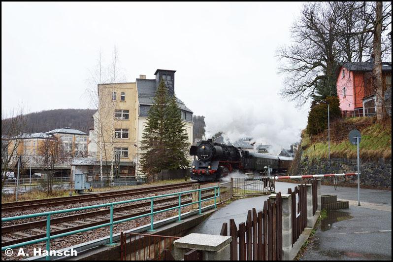 """Dann wurde an der """"Glück-Auf-Schranke"""" (Zu Hochtagen der Eisenbahn in Aue hieß es, """"wenn man Glück hat, ist sie auf"""") Position eingenommen. Pünktlich um 11:09 Uhr fährt der Zug gen Schwarzenberg aus"""