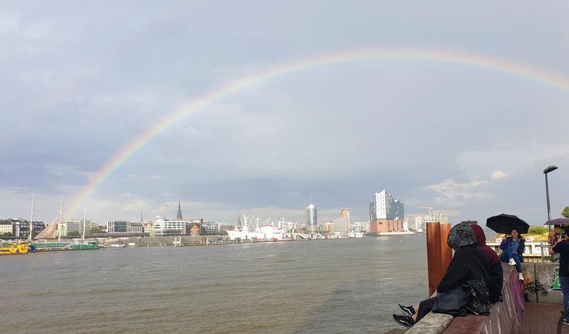 Hamburg by Rickshaw - Die Elbphilharmonie unterm Regenbogen