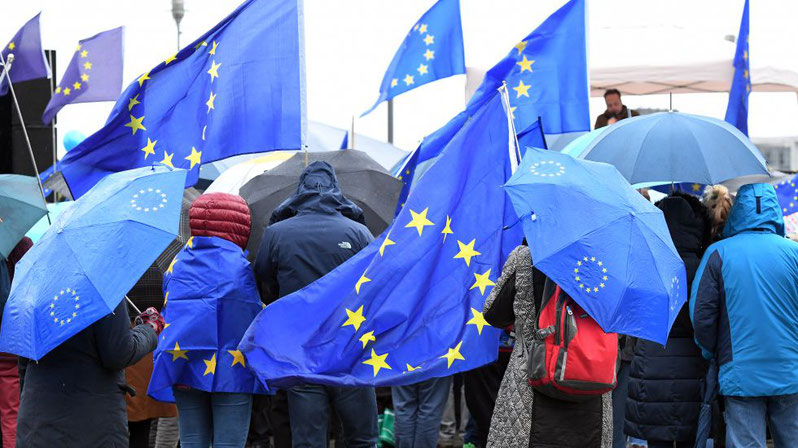 "Demonstranten von ""Pulse of Europe"" in Berlin"
