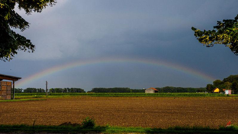 Ein zarter Regenbogen über Mannsdorf