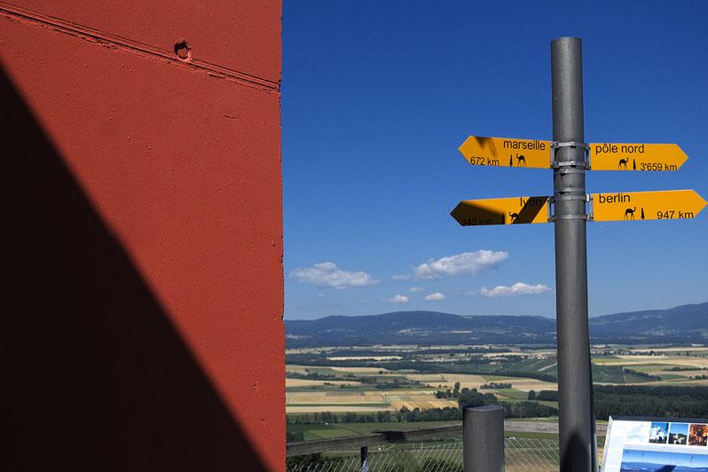photographie, voyage, croisée des routes, Suisse, panneaux indicateurs, montagnes, rouge bleu jaune, été, Mathieu Guillochon, ciel, vacances