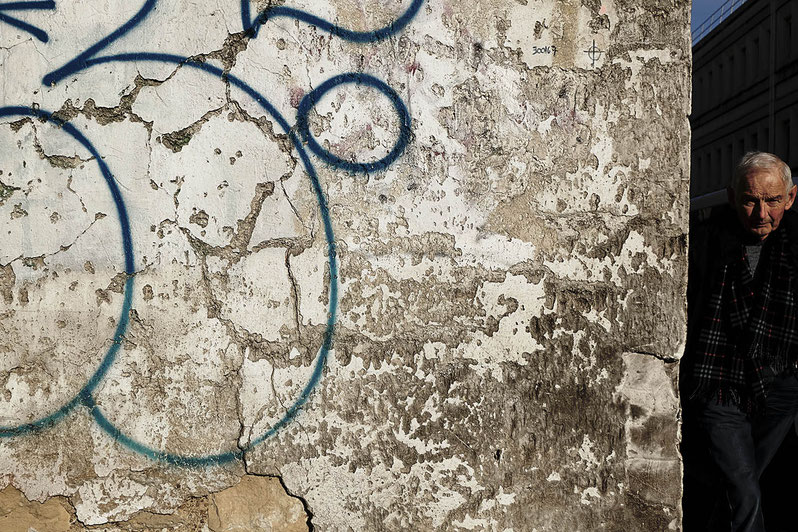 Mathieu Guillochon, photographe, France, Montrouge, banlieue, mur décrépi, vieil homme, graf, écharpe, hiver