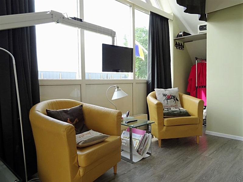 Kamer met 2 gemakkelijke zitjes en verdraaibaar TV-scherm
