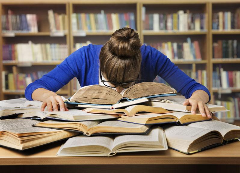 Prüfungsangst Studentin:  Stress Müdigkeit Konzentrationsprobleme Überfordergung