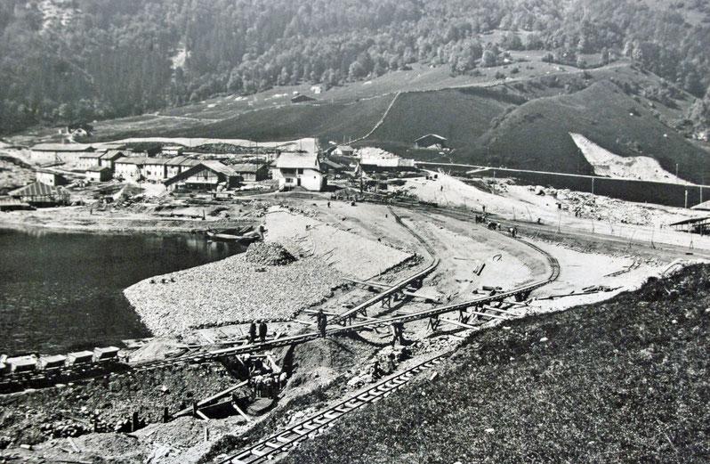 Bau des Staudammes auf der Seeseite, Juni 1909