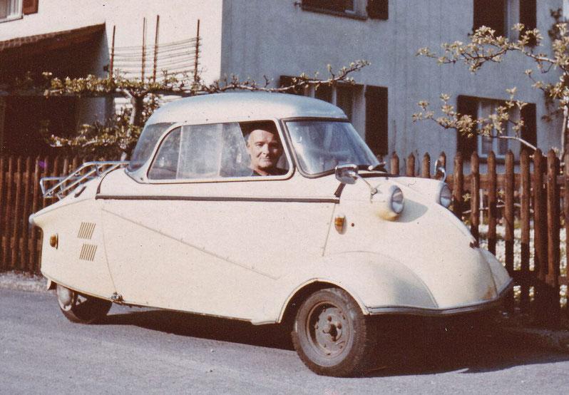 Oberleutnant Florian Riffel in seinem legendären Messerschmitt-Kabinenroller in späterer Zeit.