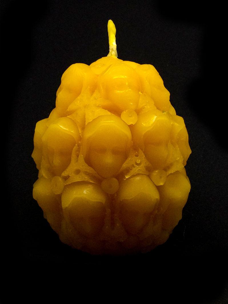 Resurrection Light. Ei mit Bienenwachs-Kerze, die zurück guckt.