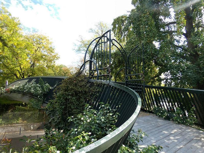 La passerelle qui permet d'accéder au Grand-Rond depuis le Jardin Royal