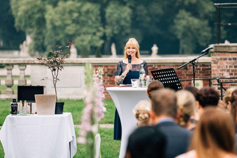 Frei Trauung im Schloss Nordkirchen, freie Rednerin während der Zeremonie. Hochzeit im Schloss.