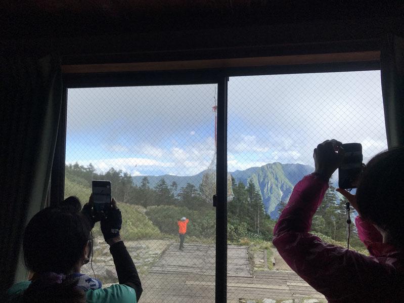 西穂山荘、ヘリ荷上げ。を撮る方達。