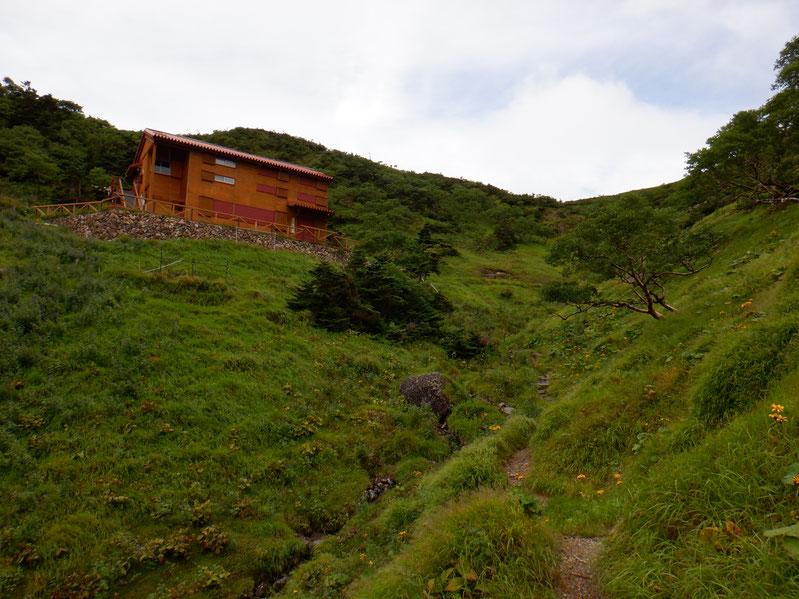 茶臼小屋。今年は避難小屋ですが、快適そう。テカリ、ヒジリの縦走に。