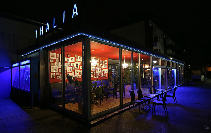 Berlin. Das Kino Thalia in Lankwitz. Glasvorbau.